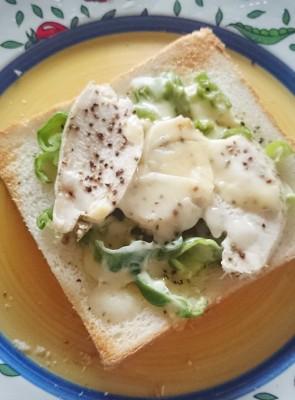 食パンアレンジピーマンと鳥肉
